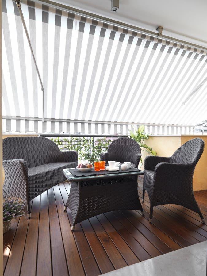 Terrasse moderne avec l'étage en bois image libre de droits