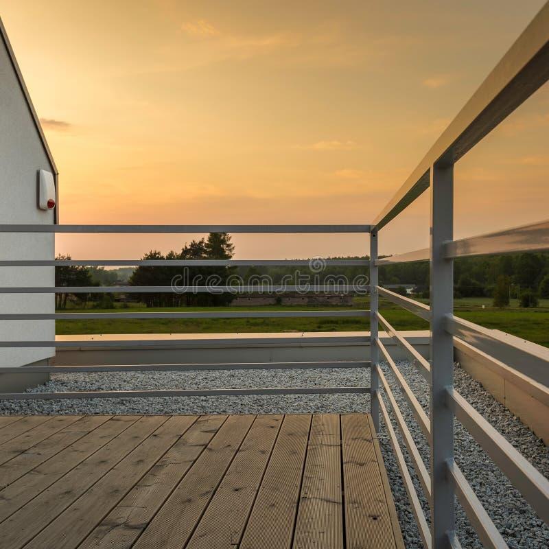 Terrasse moderne avec la vue étonnante photographie stock