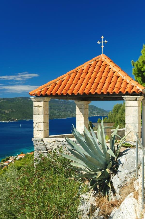 Terrasse rouge de toit au-dessus de la Manche de Peljesac en Croatie photographie stock libre de droits
