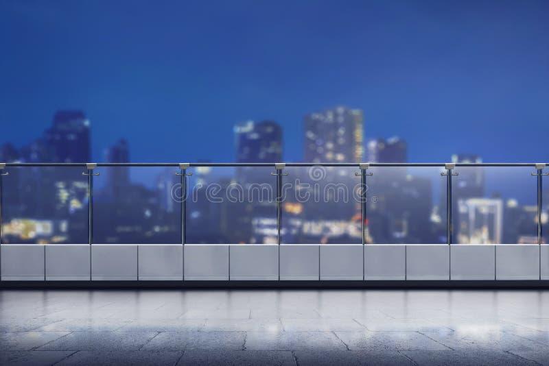 Terrasse vide de l'immeuble de bureaux moderne image libre de droits
