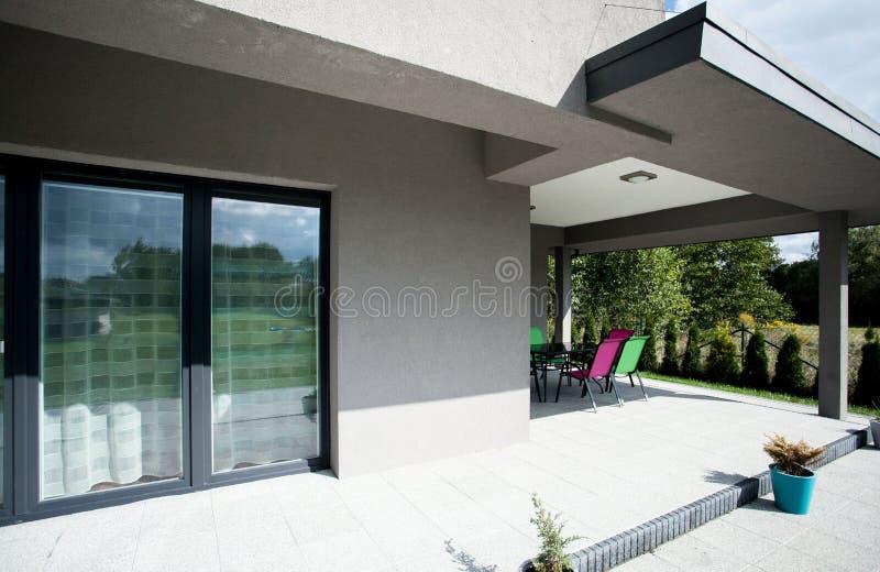 Terrassenbereich im neuen Haus lizenzfreies stockbild