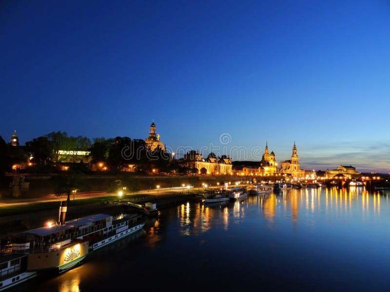 Terrassenufer i Dresden Tysklandnatt royaltyfri fotografi