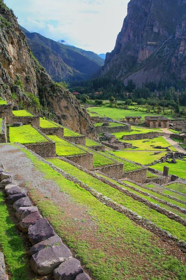 Terrasser av Pumatallis på Inca Fortress i Ollantaytambo, Pe royaltyfri bild