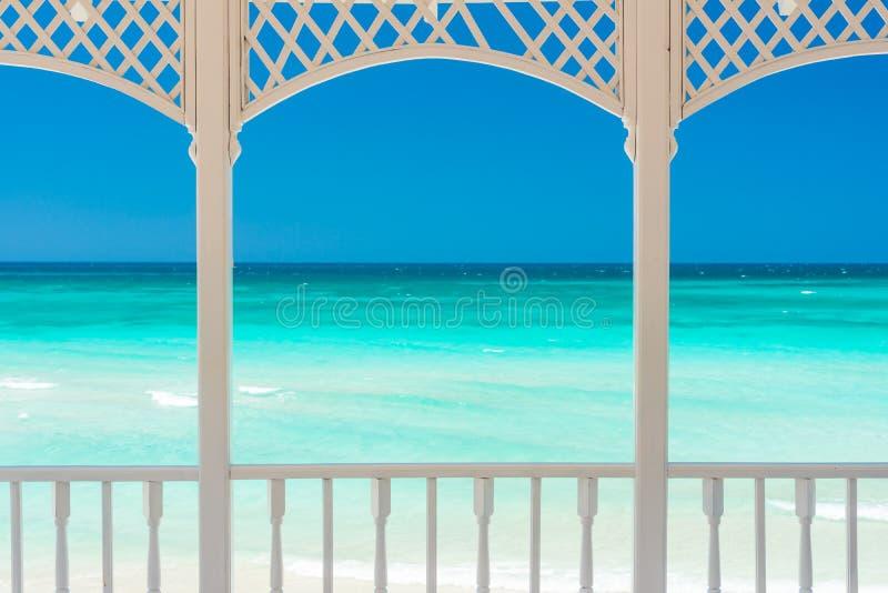 Terrassera med en sikt av en tropisk strand i Kuba fotografering för bildbyråer