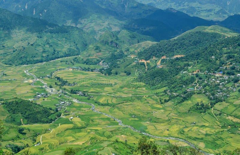 Terrasserade fält och den Lim Mong bergbyn av det etniska folket av H-` Mong arkivfoto