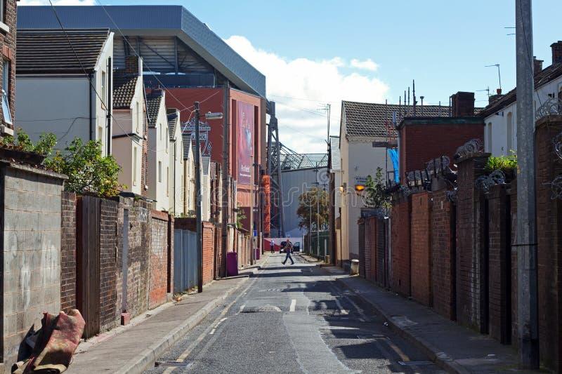 Terrasserade hus som ställa i skuggan av den nya ställningen £114 miljon för Liverpool fotbollklubbor arkivbild