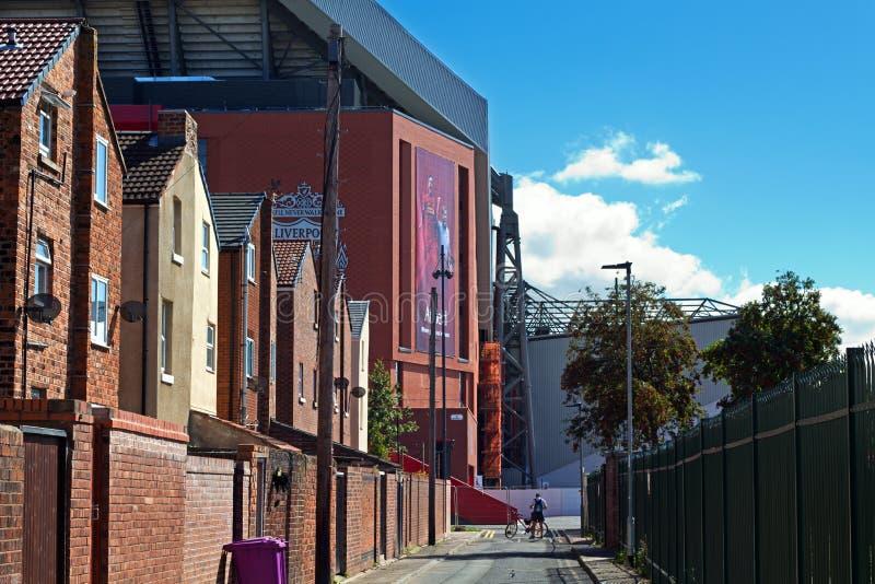 Terrasserade hus som ställa i skuggan av den nya ställningen £114 miljon för Liverpool fotbollklubbor royaltyfria foton