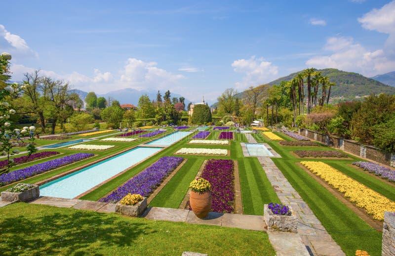 Terrasserade trädgårdar i botaniska trädgården av villan Taranto i Pallanza, Verbania, Italien arkivbild