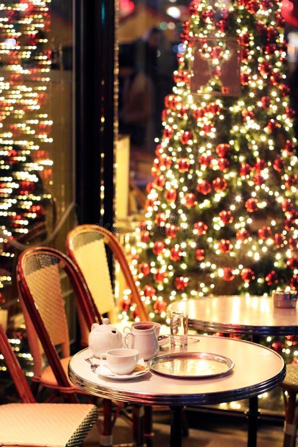 Terrasserar koppar för varm choklad för jul på ett kafé den Paris, Frankrike jultiden arkivbild