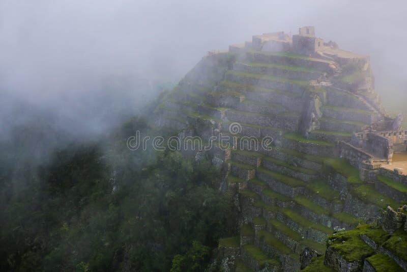 Terrasses en pierre agricoles avec le brouillard chez Machu Picchu, Pérou photographie stock