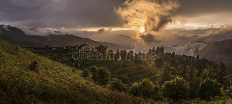 Terrasses, gisements de riz et villages en Himalaya, Népal image stock