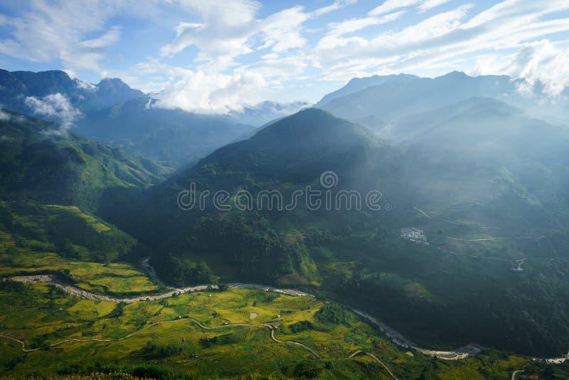 Terrasvormig padieveldlandschap met lage wolken in Y Ty, het district van Knuppelxat, Lao Cai, Noord-Vietnam royalty-vrije stock afbeeldingen