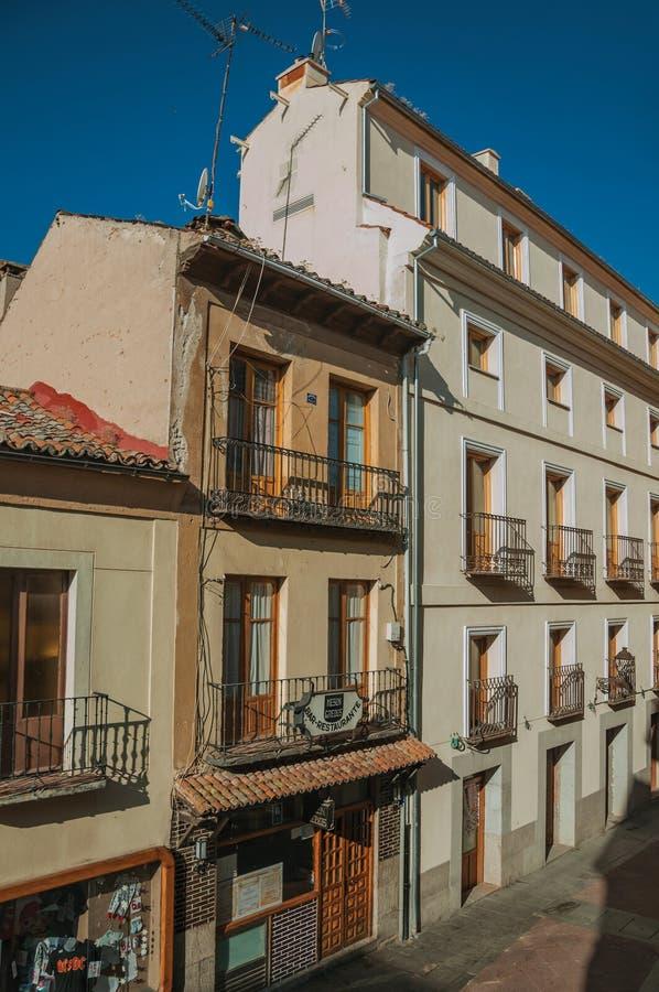 Terrasvormige gebouwen met winkels en restaurants in Avila stock fotografie