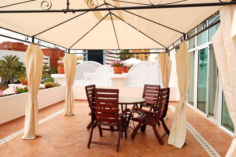 Terraza al aire libre en el chalet de lujo foto de archivo for Terrazas aire libre