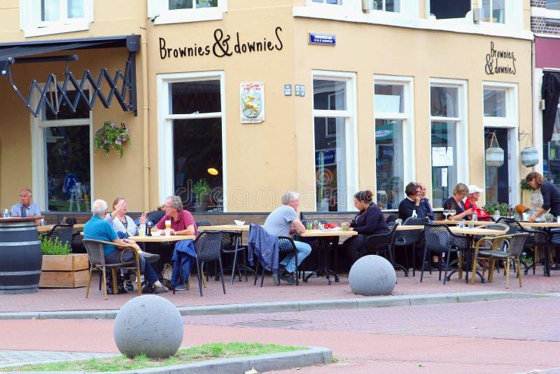 Terraza al aire libre Leeuwarden, Frisia, Países Bajos del café de la gente fotografía de archivo libre de regalías