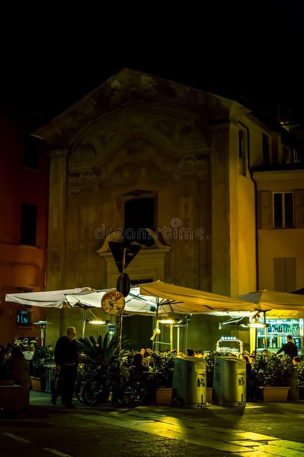 Terraza Con La Gente Por Noche En Bolonia Fotografía