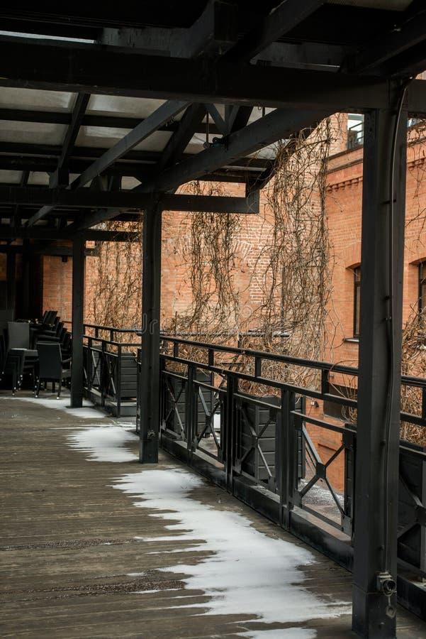 Terraza de la casa de madera vieja en invierno fotos de archivo