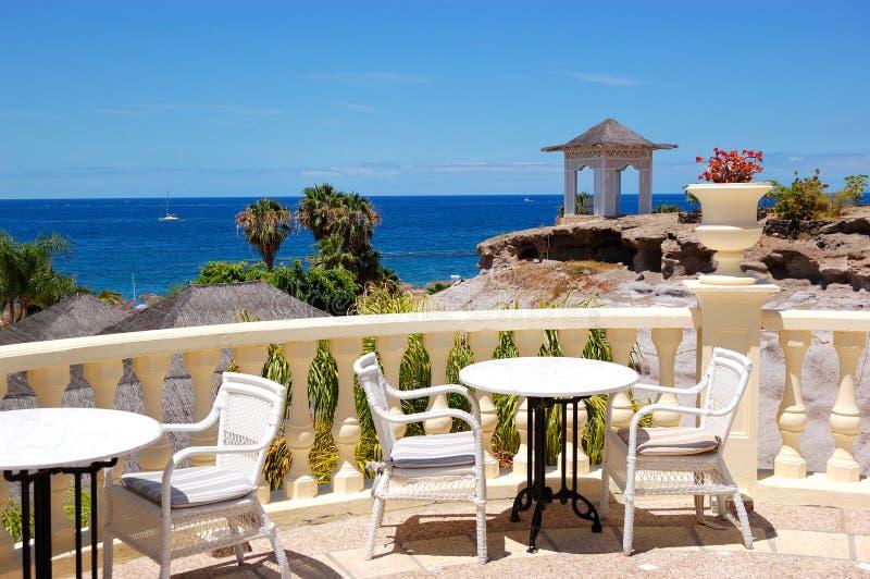 Terraza de la opinión del mar del restaurante del hotel de lujo foto de archivo libre de regalías