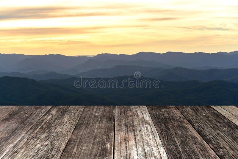 Terraza de madera del viejo vintage con Mountain View fotos de archivo