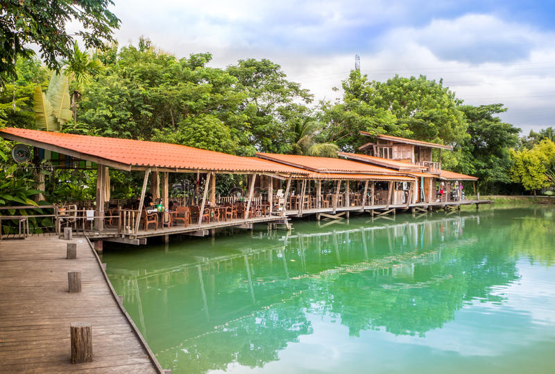 Terraza de madera en el lago en día claro del cielo fotos de archivo libres de regalías