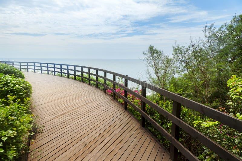 Terraza de madera grande con paisaje marino foto de archivo