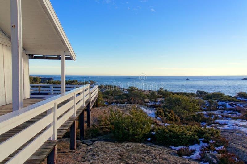Terraza de madera que pasa por alto el Mar del Norte fotografía de archivo libre de regalías
