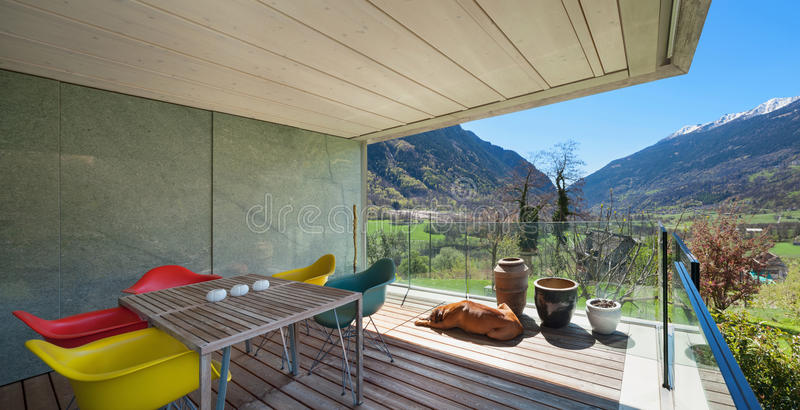 Terraza De Una Casa Moderna De La Montaña Foto De Archivo