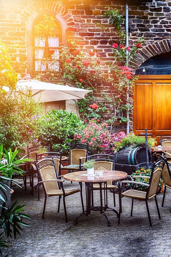 Terraza del café en pequeña ciudad europea foto de archivo