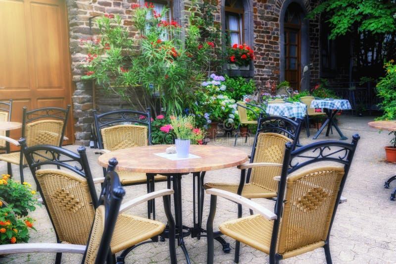 Terraza del café en pequeña ciudad europea fotos de archivo libres de regalías