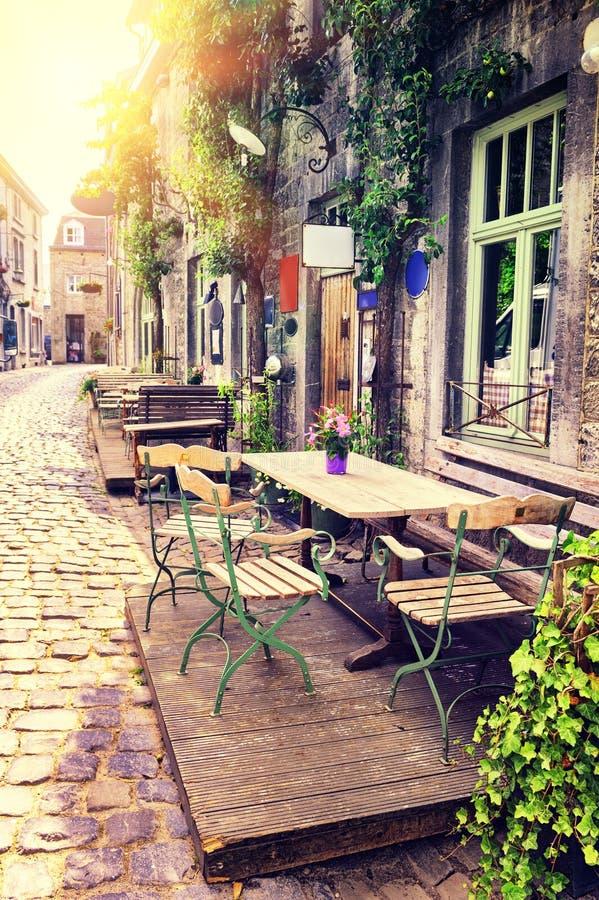 Terraza del café en pequeña ciudad europea imágenes de archivo libres de regalías