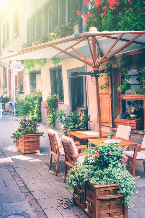 Terraza del café en pequeña ciudad europea foto de archivo libre de regalías