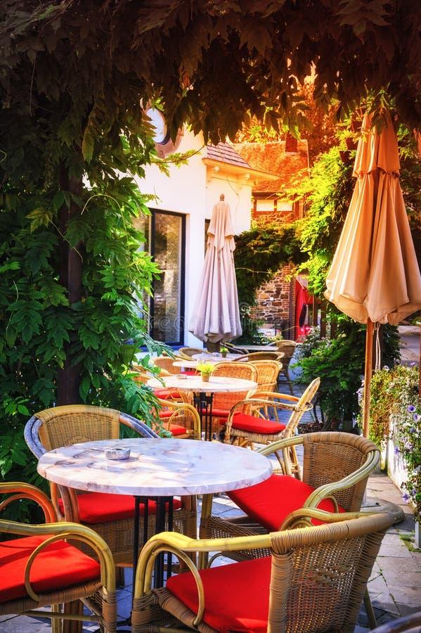 Terraza del café en pequeña ciudad europea fotografía de archivo
