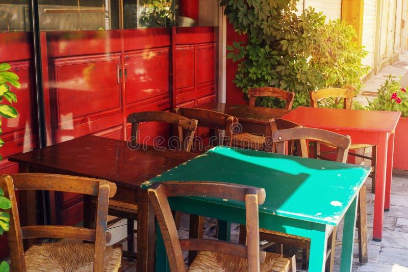 Terraza del café en pequeña ciudad europea en día de verano soleado imagen de archivo
