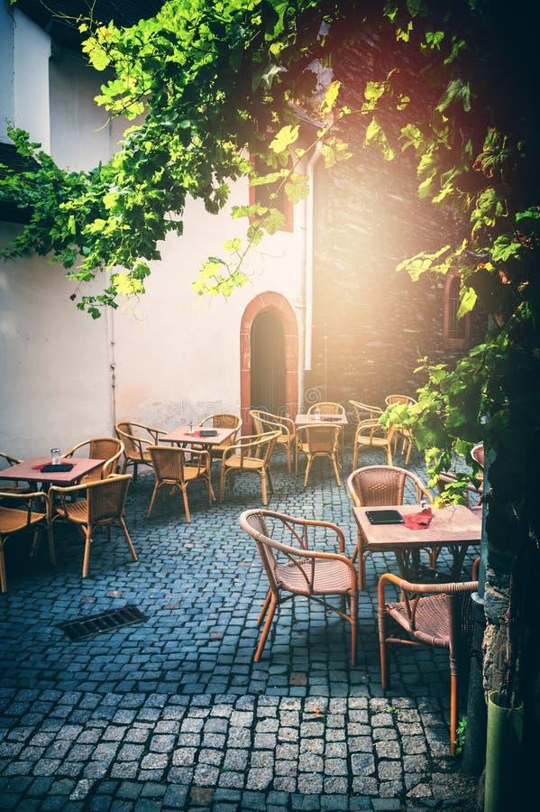 Terraza del café en pequeña ciudad europea en el día de verano soleado foto de archivo libre de regalías