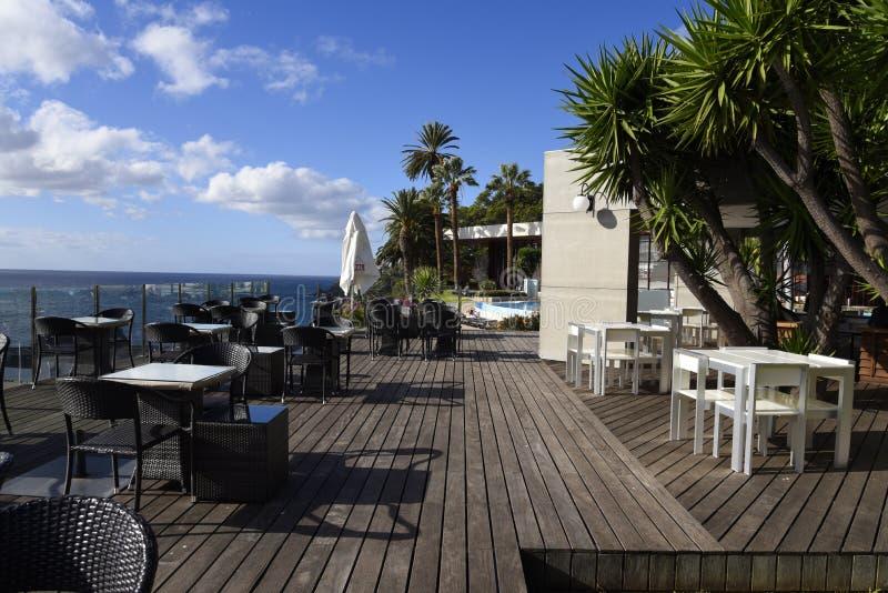 Terraza del Decking que pasa por alto el mar en Funchal Madeira Portugal foto de archivo