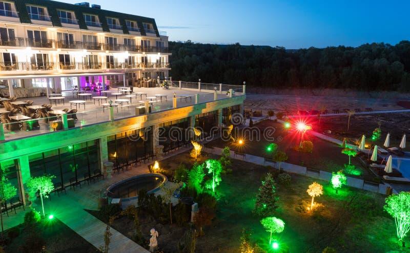 Terraza Del Restaurante De La Noche En Un Hotel De Cinco