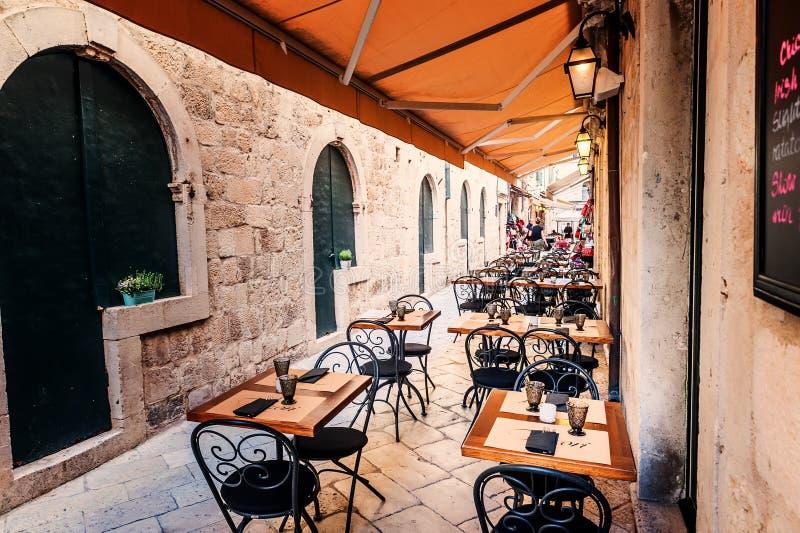 Terraza del restaurante en la ciudad vieja de Dubrovnik en la calle estrecha fotografía de archivo libre de regalías