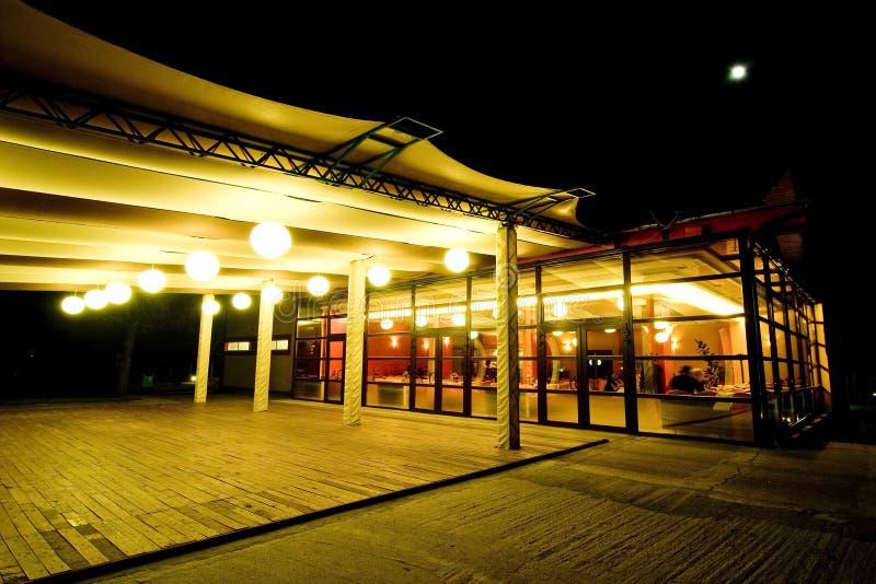 Terraza del restaurante en la noche.   imagenes de archivo