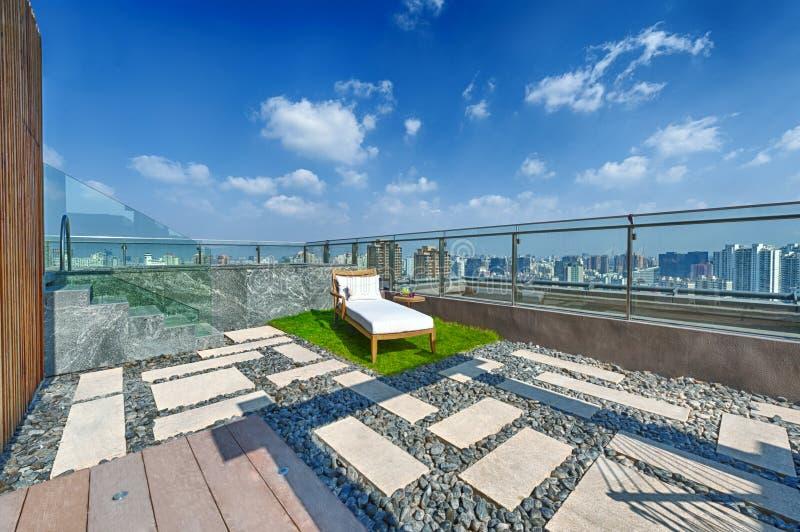 terraza del tejado con el ocioso del jacuzzi y del sol