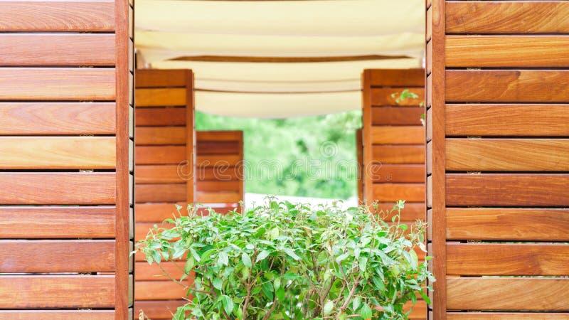 Terraza del verano en un café hecho de la madera imagen de archivo
