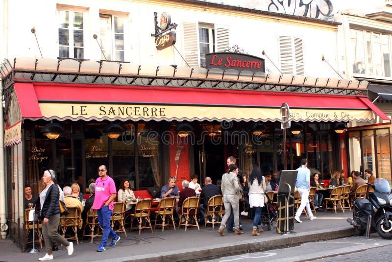 Terraza francesa de la cervecería - París imagenes de archivo