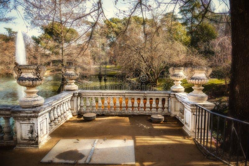 Terraza junto a un pequeño lago en el parque del Buen Retiro en Madrid fotografía de archivo