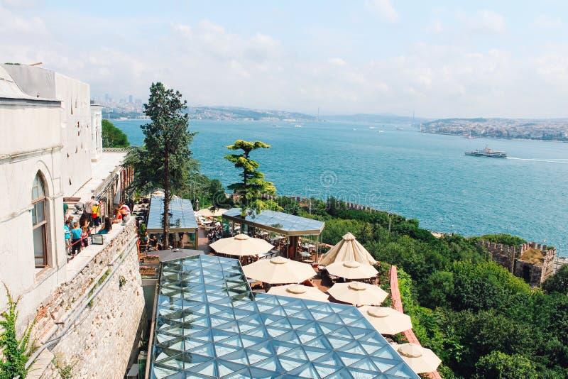 Terraza y Bósforo del café en el palacio de Topkapi en Estambul, Turquía fotografía de archivo