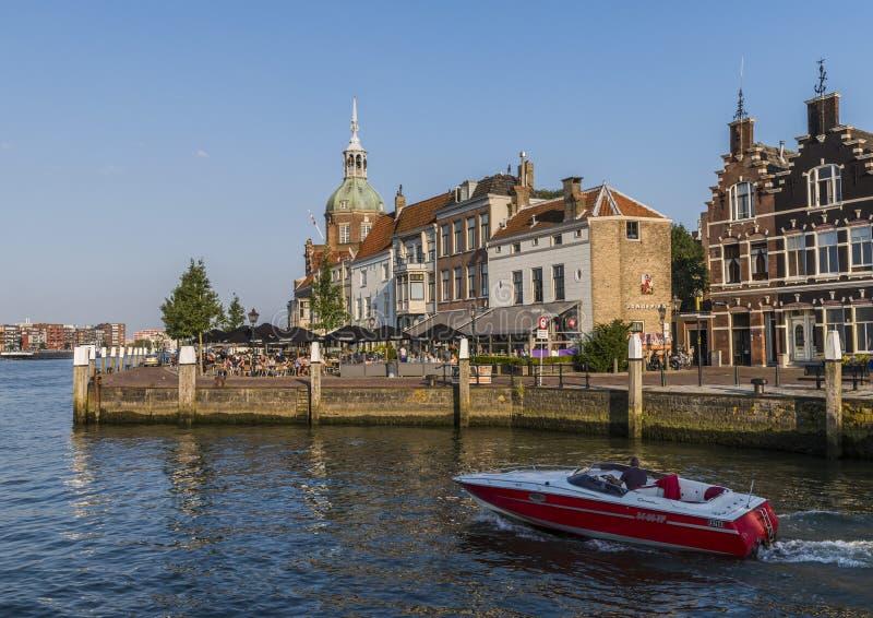 Terraza y barco en Dordrecht fotografía de archivo