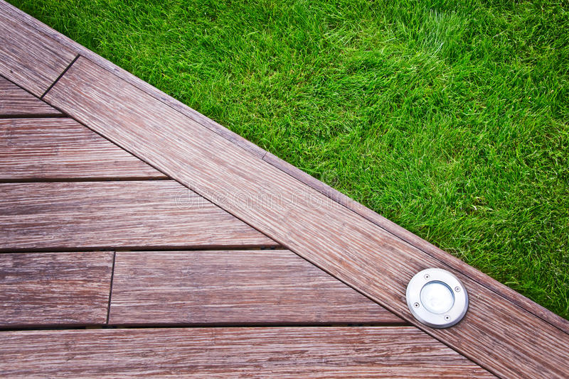 Terraza y césped de madera fotografía de archivo libre de regalías