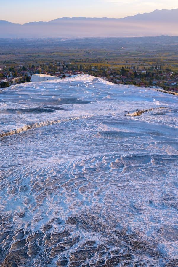 Terrazas blancas con las piscinas de agua termales de la turquesa fotos de archivo libres de regalías