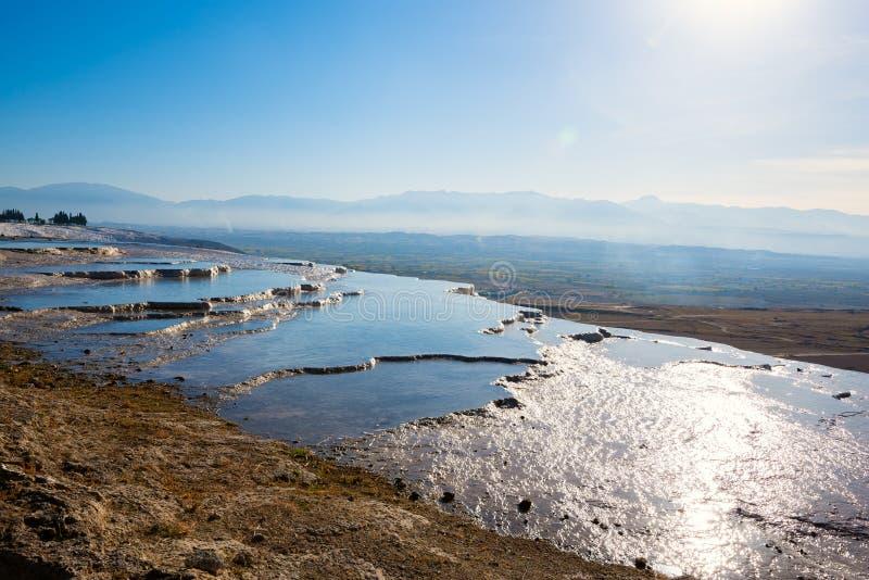 Terrazas blancas con las piscinas de agua termales de la turquesa imagen de archivo libre de regalías