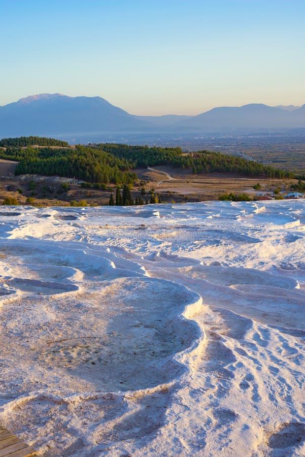 Terrazas blancas con las piscinas de agua termales de la turquesa fotografía de archivo libre de regalías