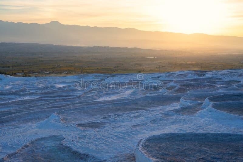 Terrazas blancas con las piscinas de agua termales de la turquesa imágenes de archivo libres de regalías
