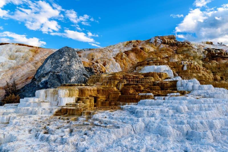 Terrazas, piedra caliza y formaciones de roca en Mammoth Hot Springs i imagenes de archivo